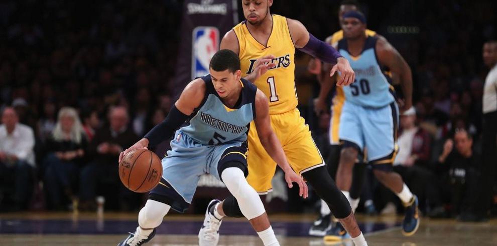 Jugadores de los Lakers aislan a Russell