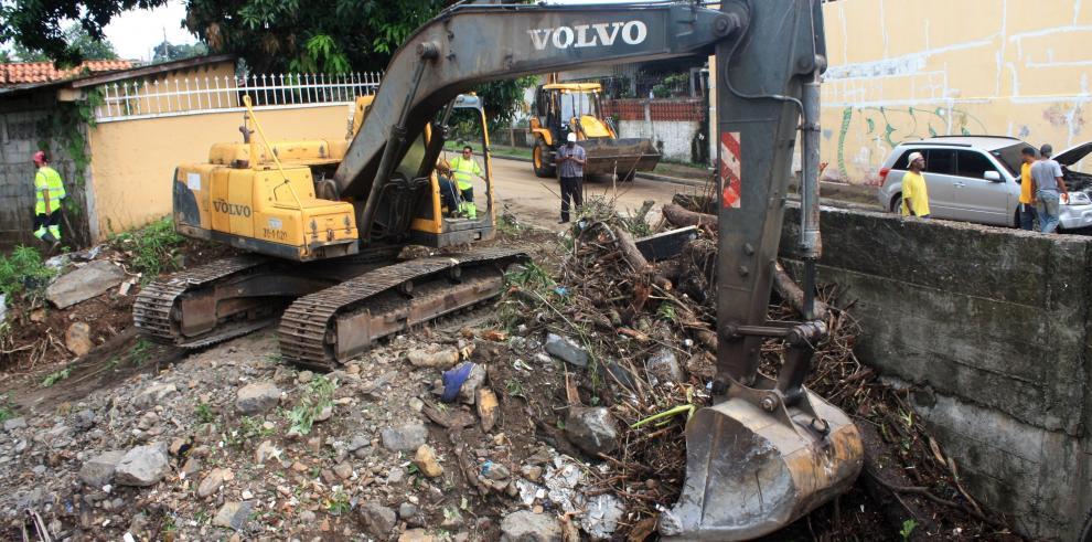 Caliche y basura obstruía alcantarilla en Cerro Viento
