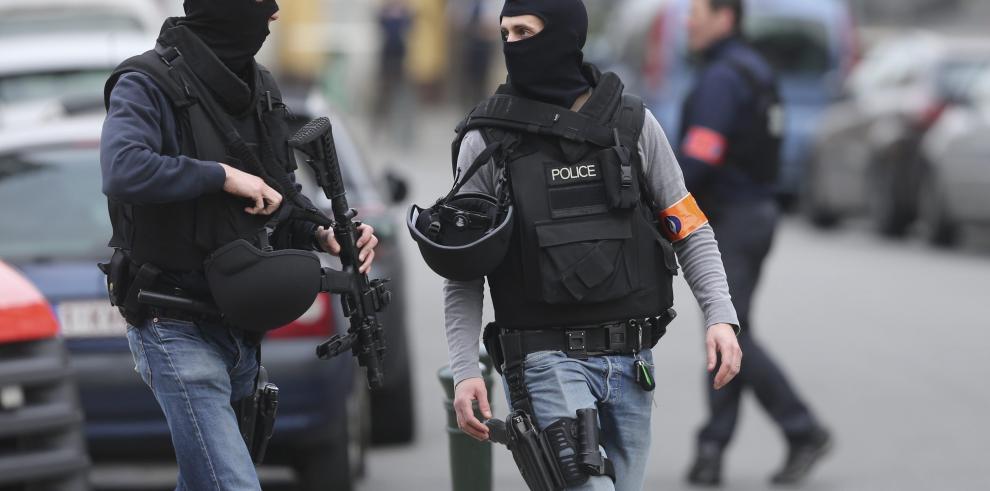 Policía belga atacada en Bruselas por personas armadas