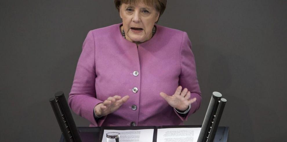 Presionan a Merkel para cambiar política de puertas abiertas