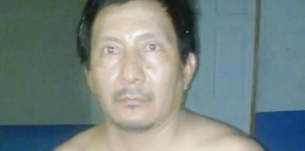 Detenido líder de pandillas con armas y uniformes de guerra