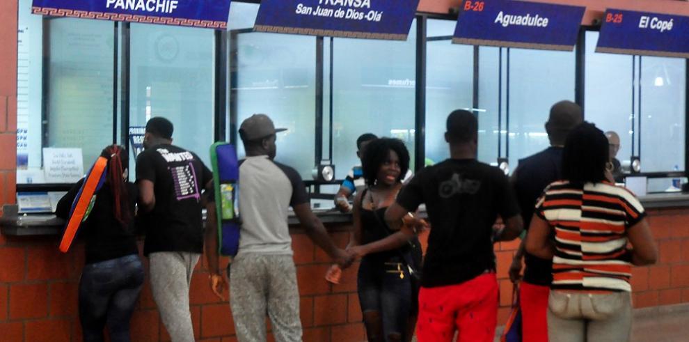 Migrantes africanosusan terminal de Albrook para llegar a la frontera