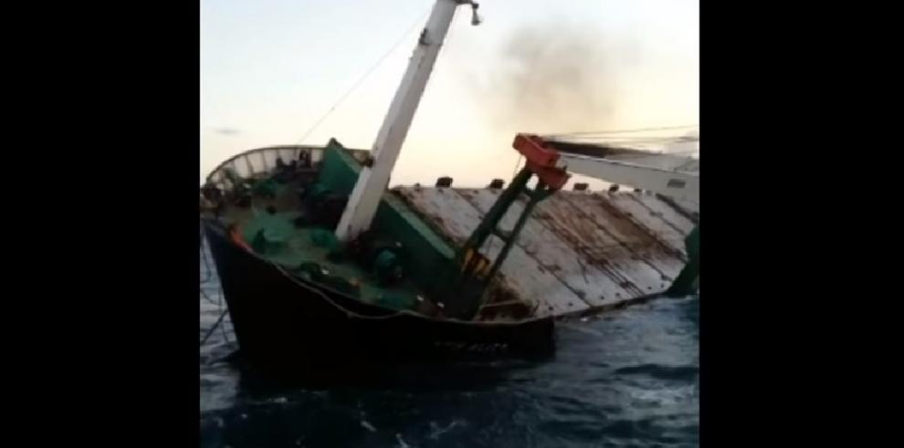 Barco de bandera venezolana se hunde en Colón