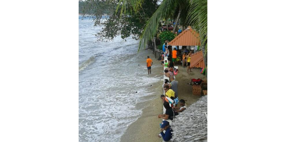Sinaproc ordena desalojar playas en Colón por fuertes oleajes