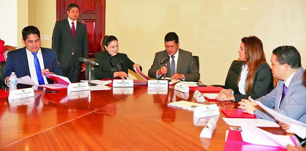 Credenciales dilata revisión de casos contra magistrados