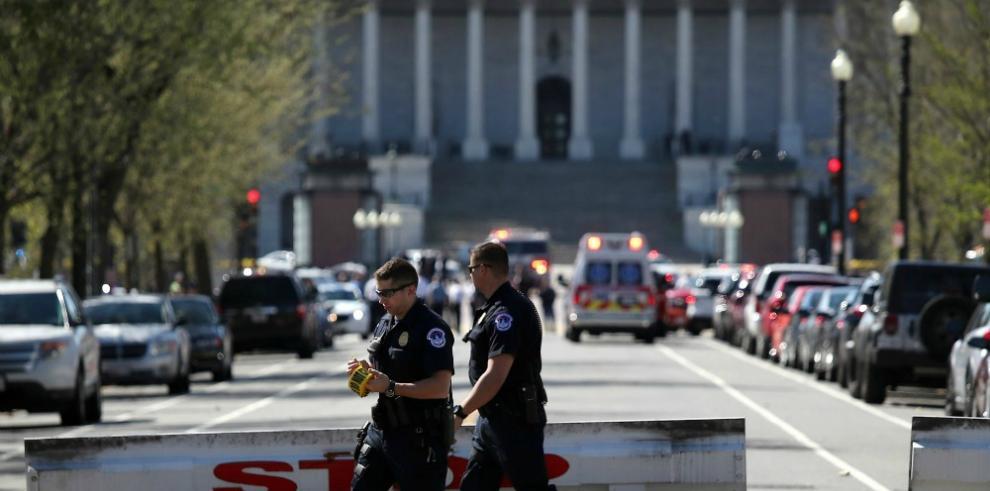Atacante del Capitolio de EEUU sacó un arma y la policía le disparó