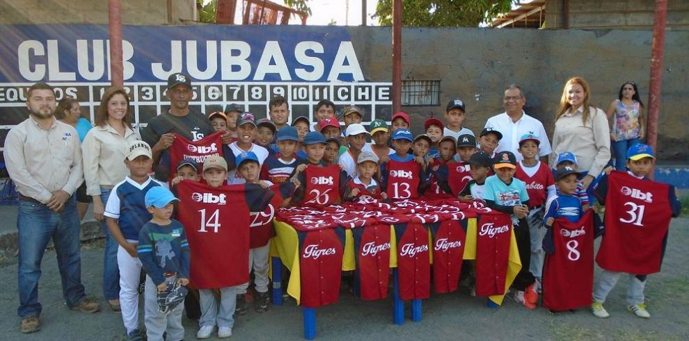 Niños deportistas reciben donación
