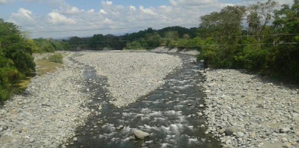 Directora del IDAAN admite que hay ríos que solo son piedras
