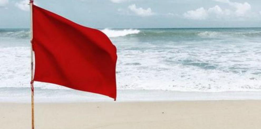 Declaran 'bandera roja' por fuertes oleajes en el Caribe panameño