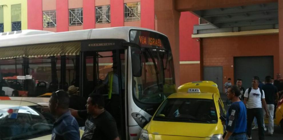 Reportan colisión entre en metrobús y un taxi en Albrook