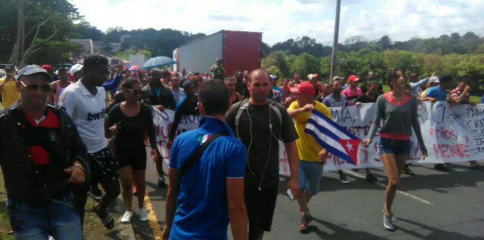 Cubanos protestan y exigen que