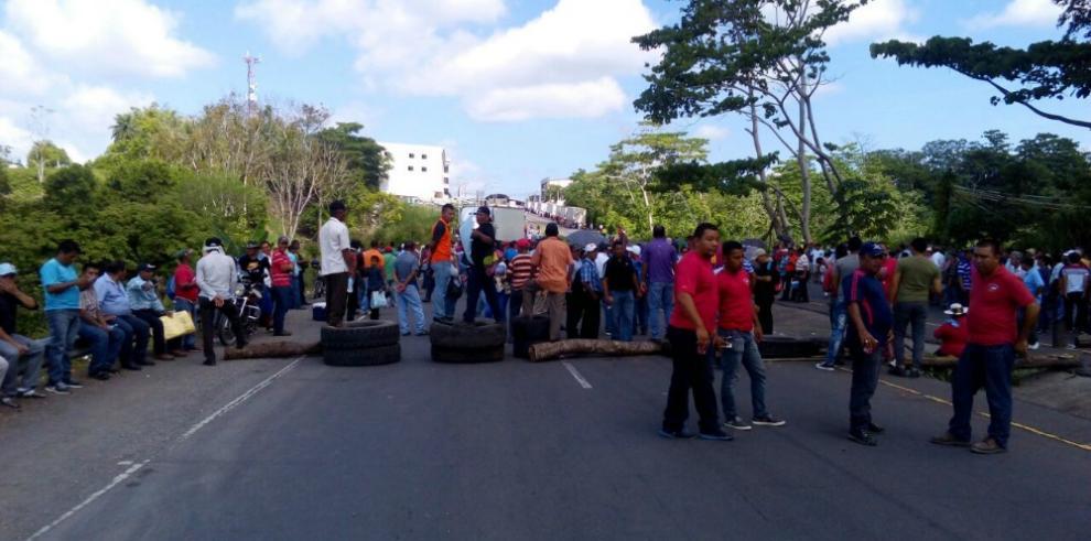 Extrabajadores de fincas bananeras cierran la vía Interamericana