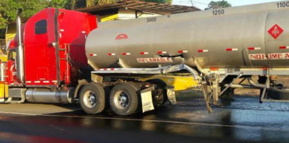 Colisiona camión que transportaba combustible