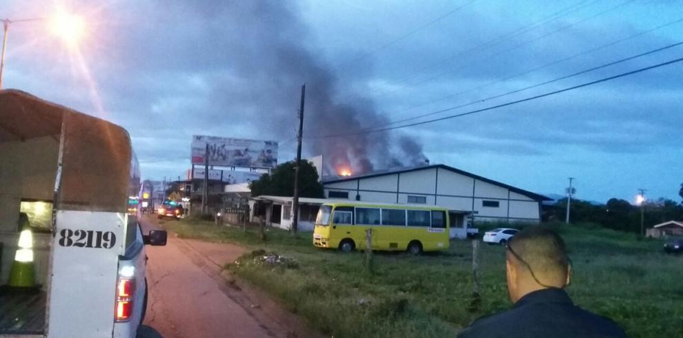 Bomberos sofocan llamas en zona comercial de Las Tablas