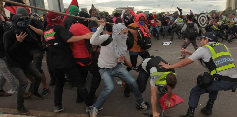 Bajo protestas, el legislativo de Brasil aprueba ley de Temer