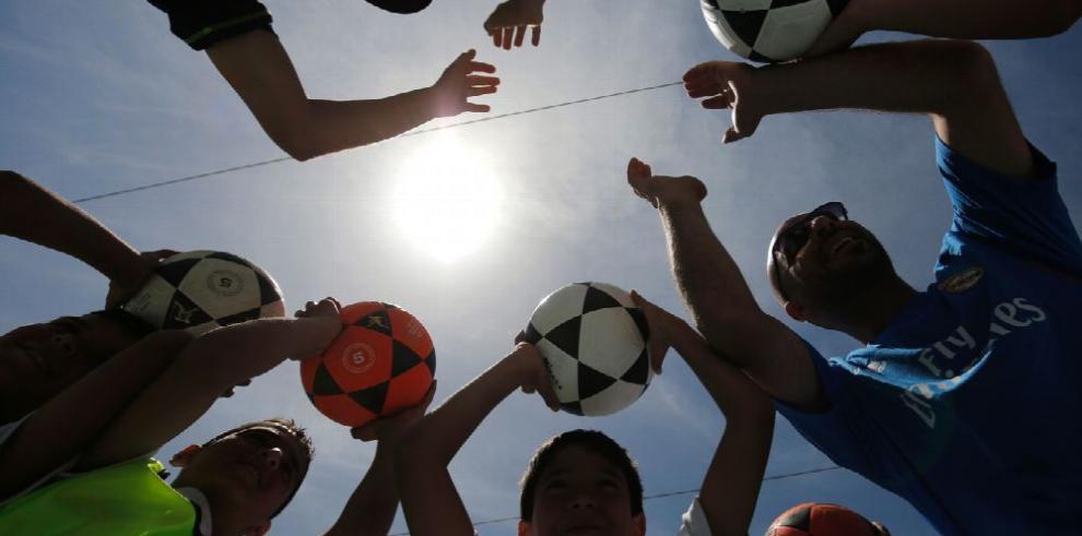 Educan a los niños con balón de fútbol