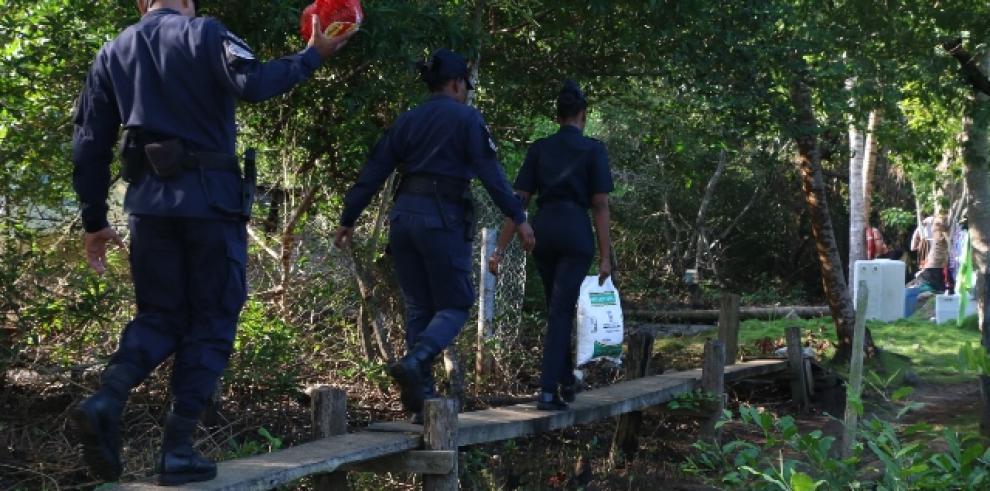 Policías reparten jamones y sacos de arroz