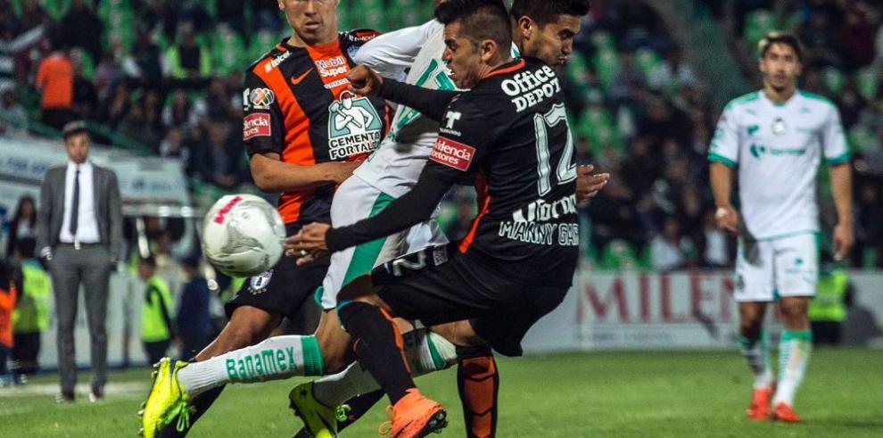 Santos vence al Pachuca 3-2 en el estadio Corona