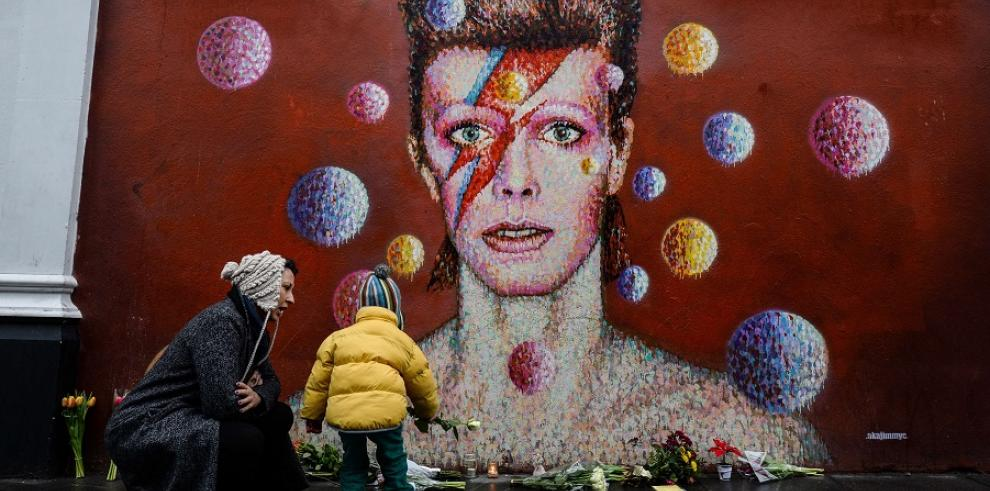 Admiradores de Bowie dejan ofrendas junto a su mural en Londres