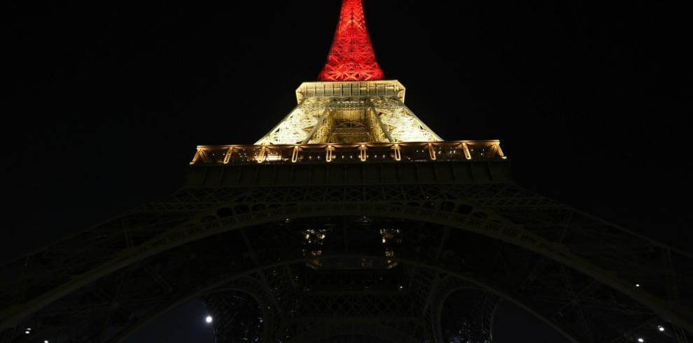 La Torre Eiffel se ilumina con los colores de la bandera belga