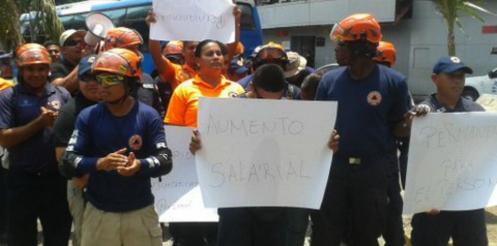 Funcionarios del Sinaproc protestan por despidos de colegas