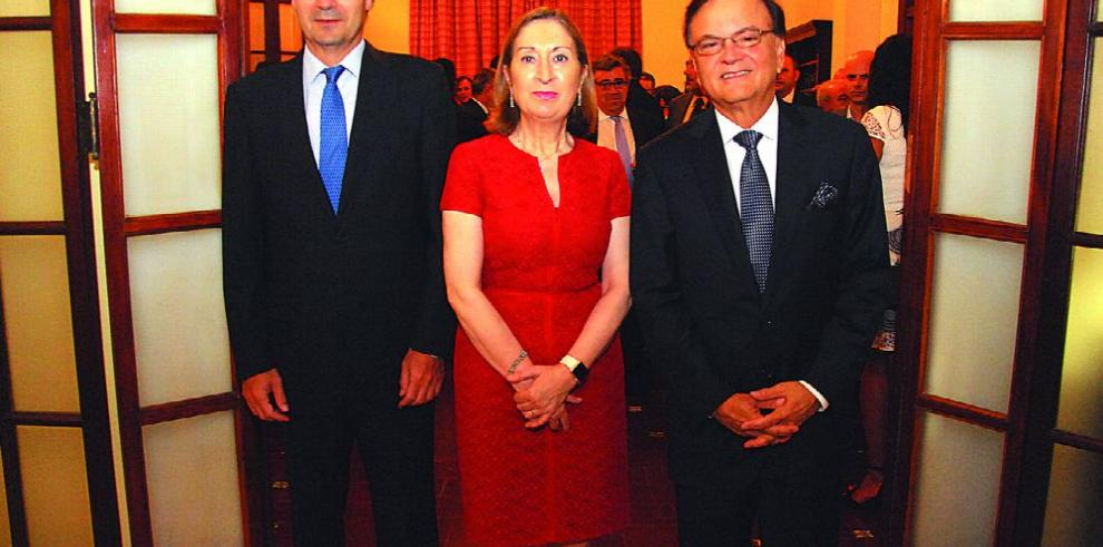 España condecora al ministro del Canal de Panamá