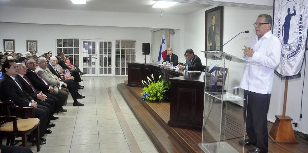 Abogados rinden homenaje al jurista César A. Quintero