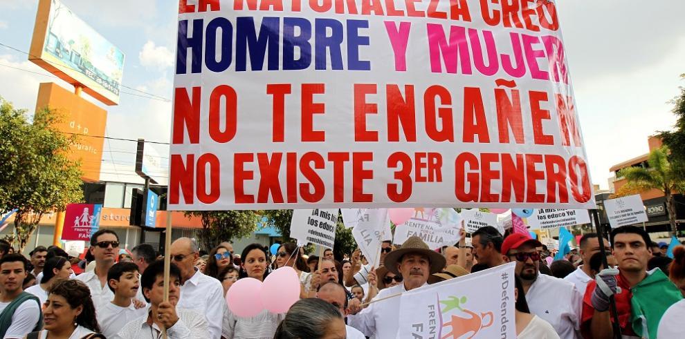 Mexicanos se manifiestan en contra del matrimonio homosexual