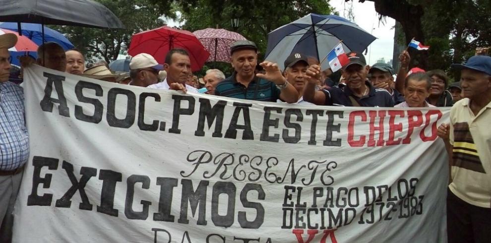 Ex trabajadores del gobierno y empresa privada exigen pago de décimos