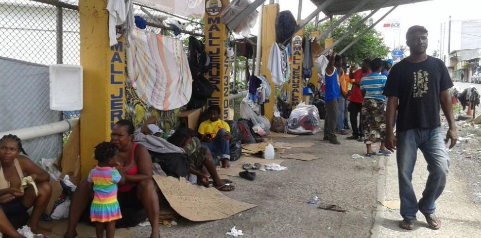 Migrantes amenazan con seguir en masa su recorrido