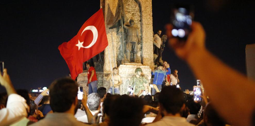 Erdogan llega Estambul y presidencia da por acabado intento golpista