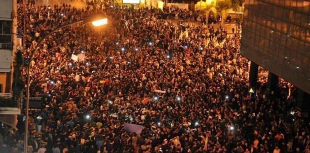 Fracasa golpe y la televisión pública turca vuelve al aire