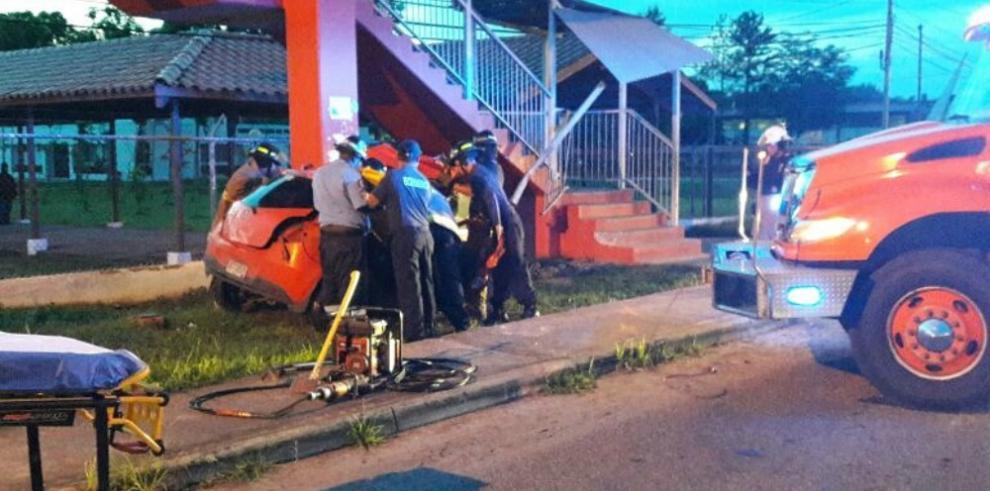 Mujer queda atrapada en su vehículo tras colisionar contra un puente