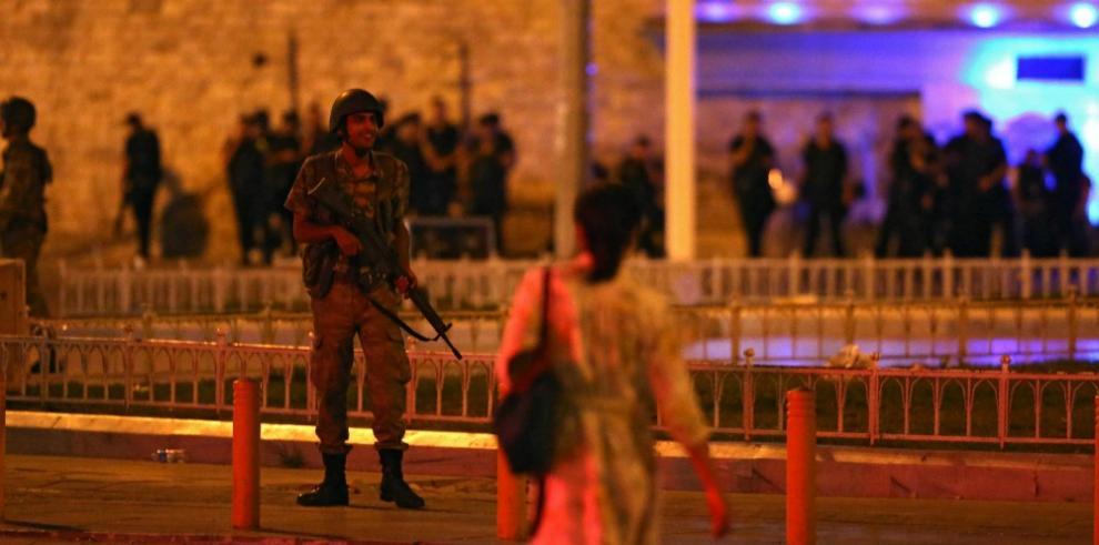 Ejército de Turquía da golpe de Estado al gobierno