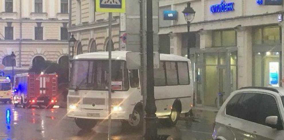 Hombre toma rehenes en un banco en Moscú y amenaza con causar explosión