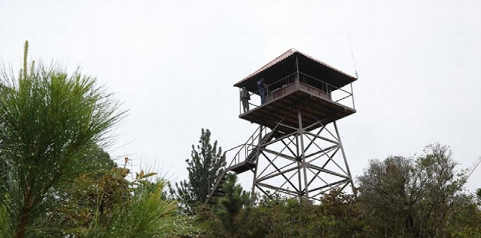 MiAmbiente construye torre para controlar fuegos forestales