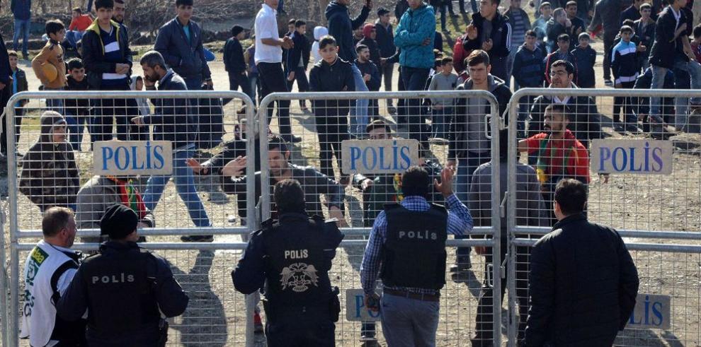 Ola de refugiados sirios llega a las fronteras turcas