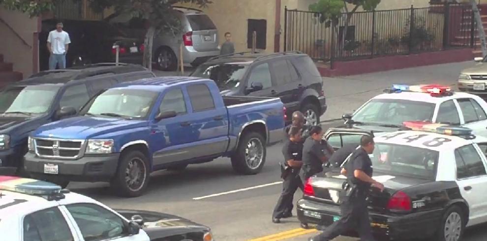 Policía persigue a sospechosos de muerte de bebé en tiroteo