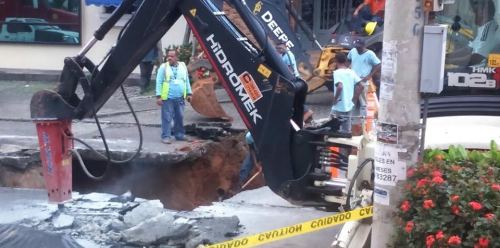 Ruptura de tubería de agua potable provocó hundimiento en El Cangrejo