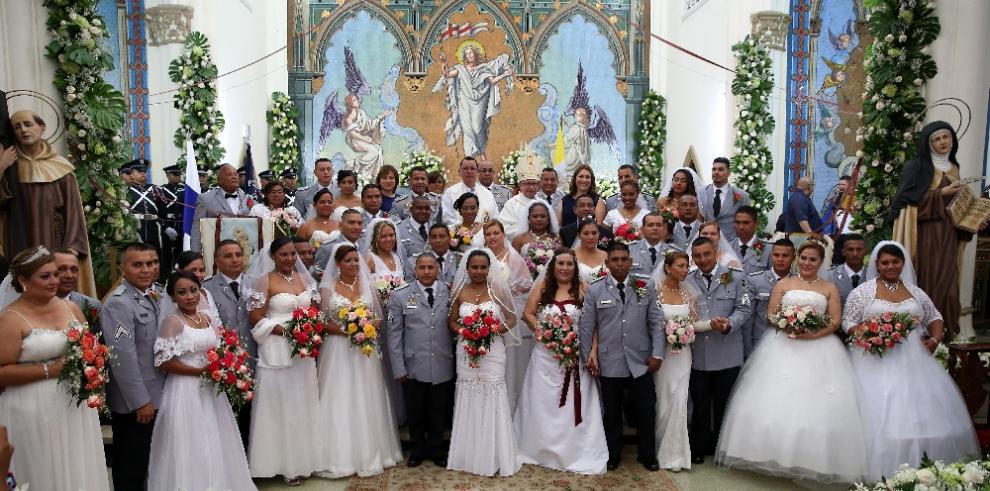 Policía Nacional celebra boda conjunta de 33 parejas