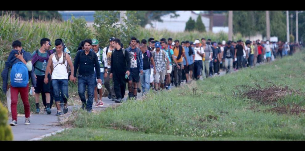 Unos 300 refugiados buscan paso por Hungría