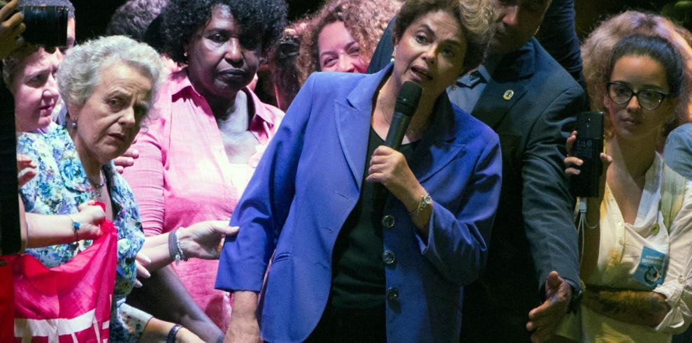 Dilma busca apoyo en acto callejero de mujeres contra Temer en Rio