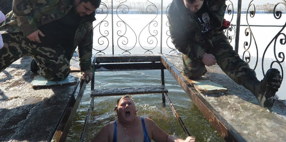 Rusos se bañan en aguas heladas para celebrar la Epifanía del Señor