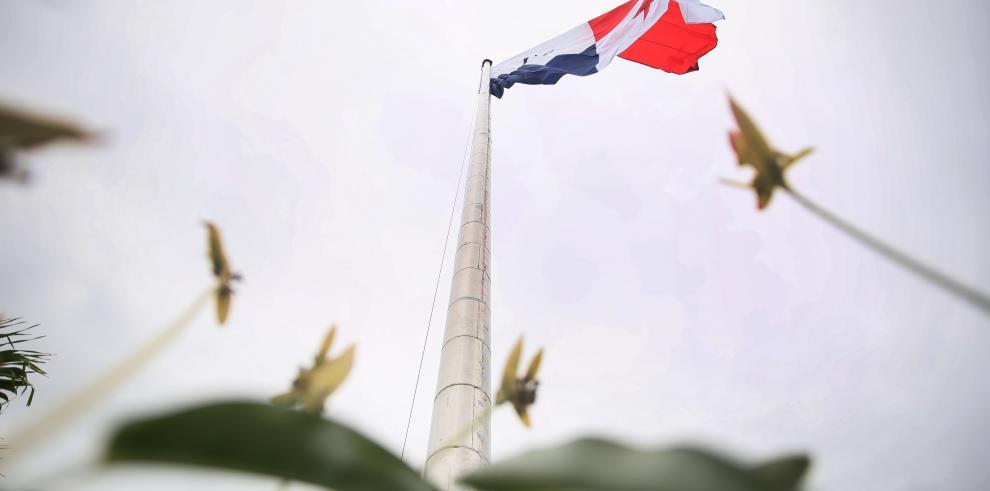 La bandera es izada en el Cerro Ancón, después de reparar el asta