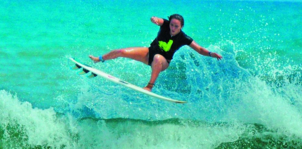 Surfistas juveniles vuelven a las olas