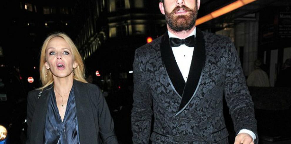 Kylie Minogue y el actor Joshua Sasse hacen público su compromiso
