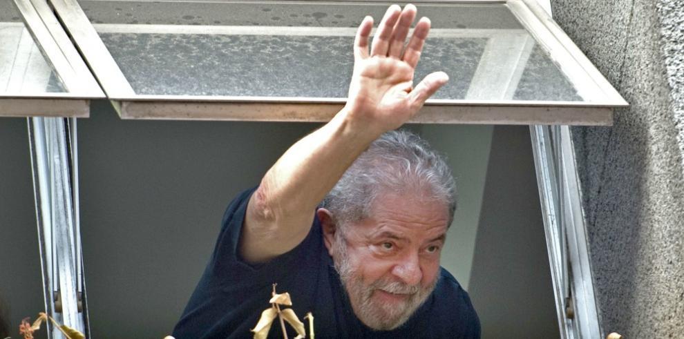 Ex presidente Lula Da Silva deja comisaría tras rendir declaración