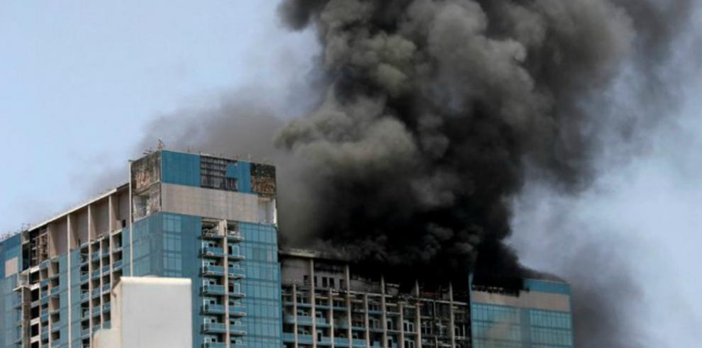 Evacuan a cientos de albañiles de rascacielos en llamas en Abu Dabi