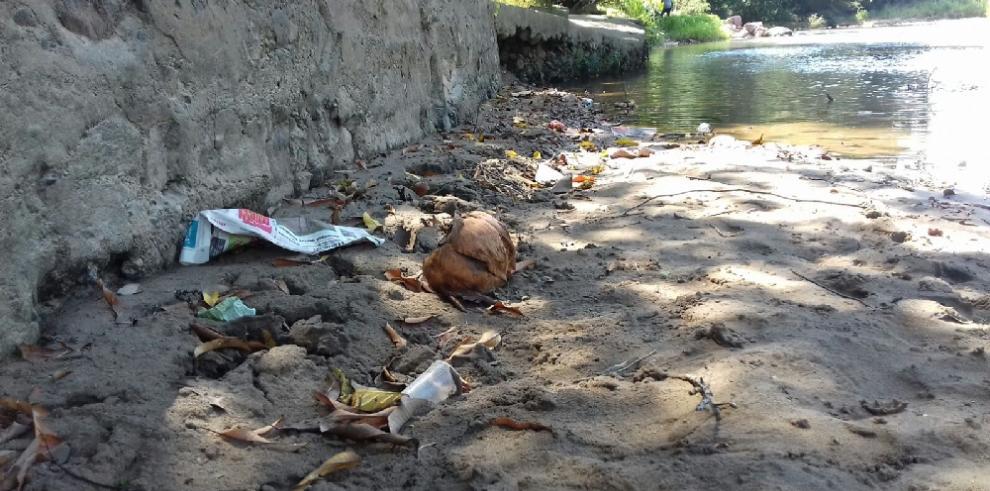 Bañistas dejan basura en ríos de Coclé