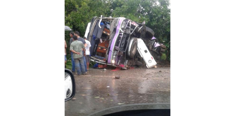 Bus se vuelcaenel Espino de Santiago